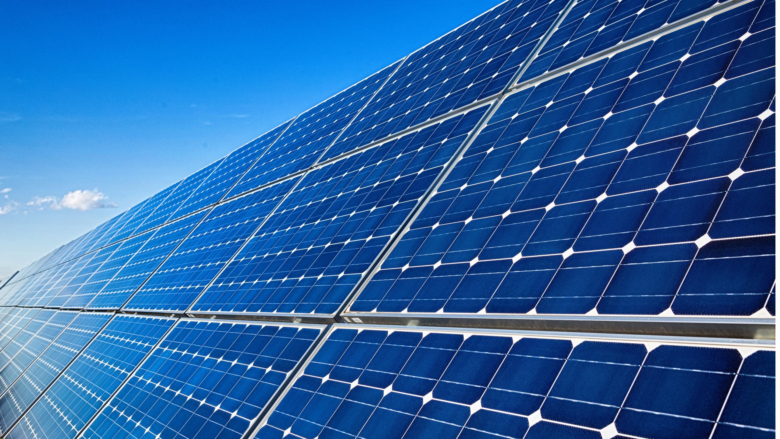 Photovoltaik-Anlage mit Himmel im Hintergrund